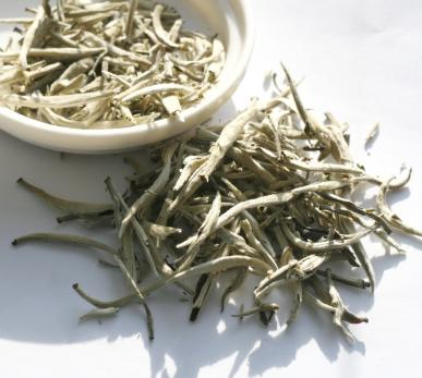 Белый чай Фудин Бай Хао Инь Чжень Серебрянные иглы с белым ворсом из Фудин